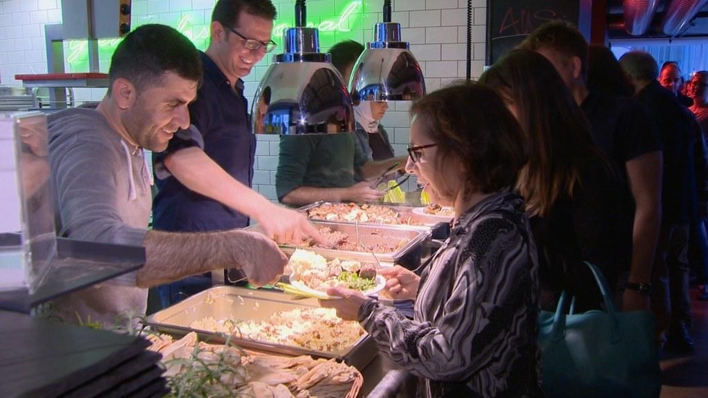 Syrische Flüchtlinge kochen in der Trumerei
