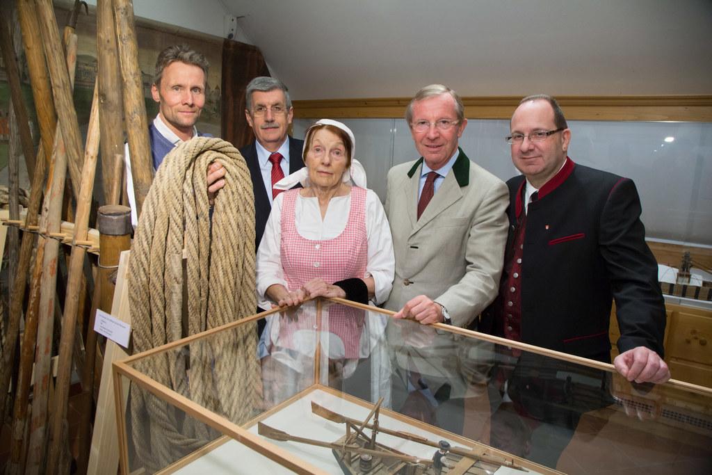 Hubert Standl, Bgm. Peter Schröder, Brigitte Gstöttner (Kustodin), LH Wilfried H..