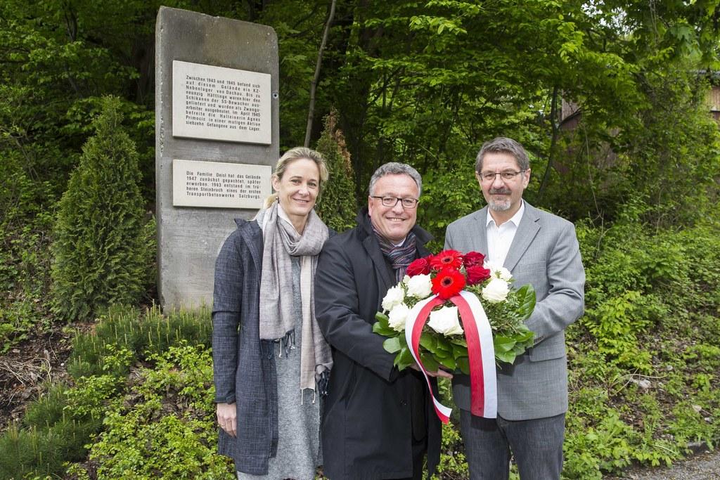Kranzniederlegung bei der Gedenktafel für das Außenlager Dachau: LAbg. Kimbie Hu..