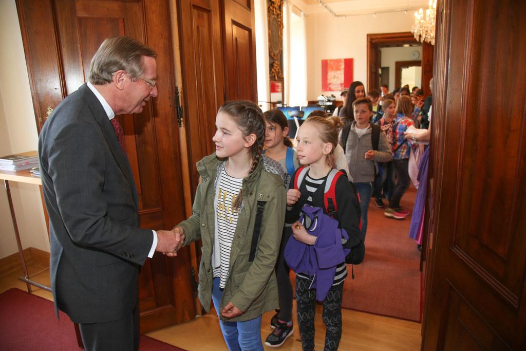 Landeshauptmann Wilfried Haslauer mit Schülern aus Henndorf