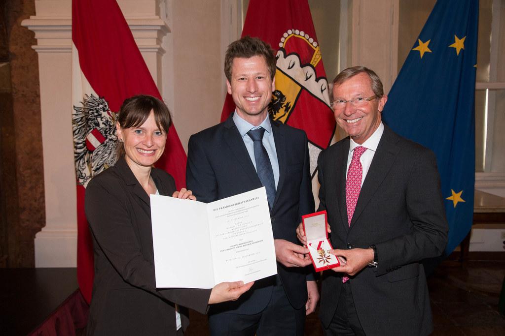 Ehrungsfestakt des Landes Salzburg in der Residenz; Das goldene Ehrenzeichen für..