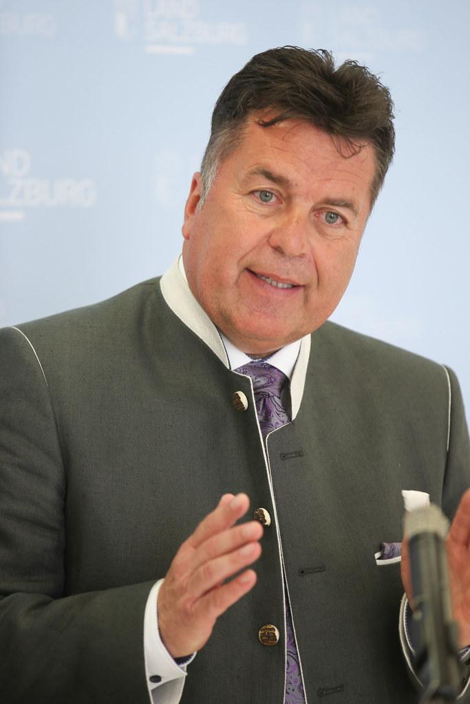 Landesrat Hans Mayr informiert auf der Pongauer Messe über die Salzburger Wohnba..
