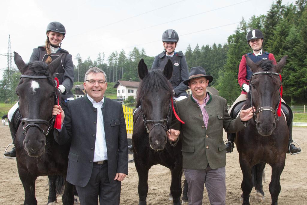 Dir. Georg Springl und Landesrat Josef Schwaiger mit den Siegerinnen v.l.n.r.: A..