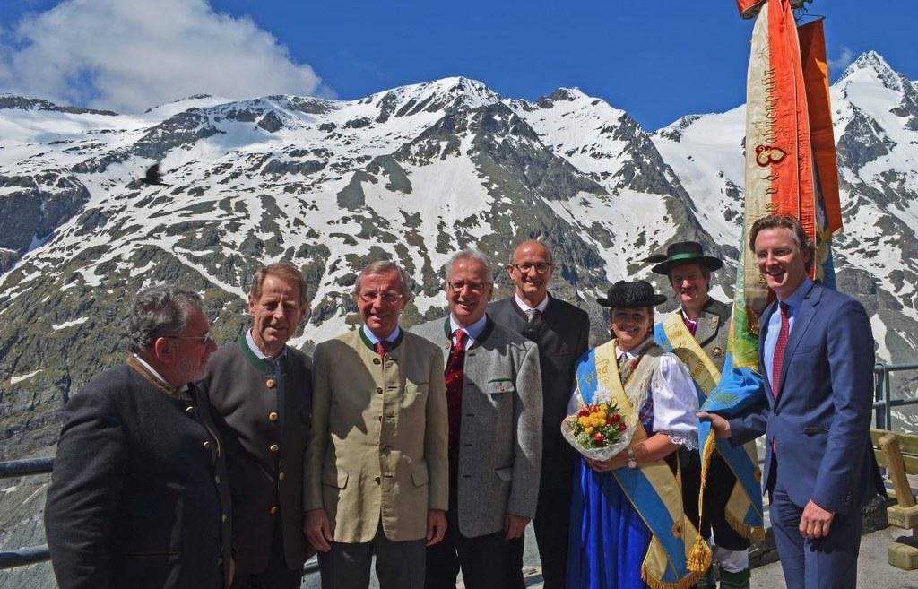 i.Bild v.li.: Johannes Bauer (Österreichischer Alpenklub), Bürgermeister Josef S..