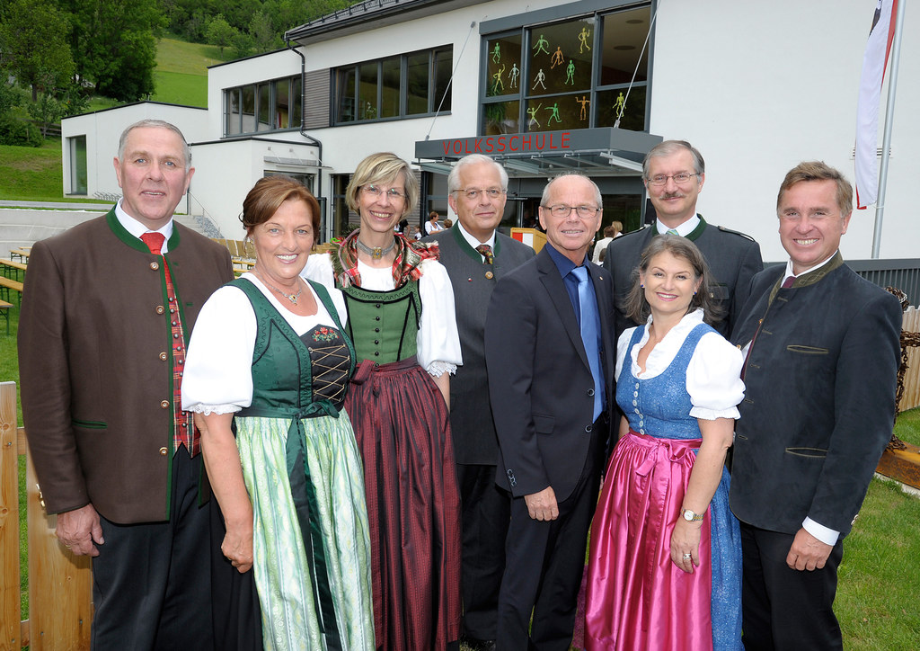 Bgm Josef Wind mit Gattin Cilli, Direktorin Renate König, Bezirksschulinspektor ..
