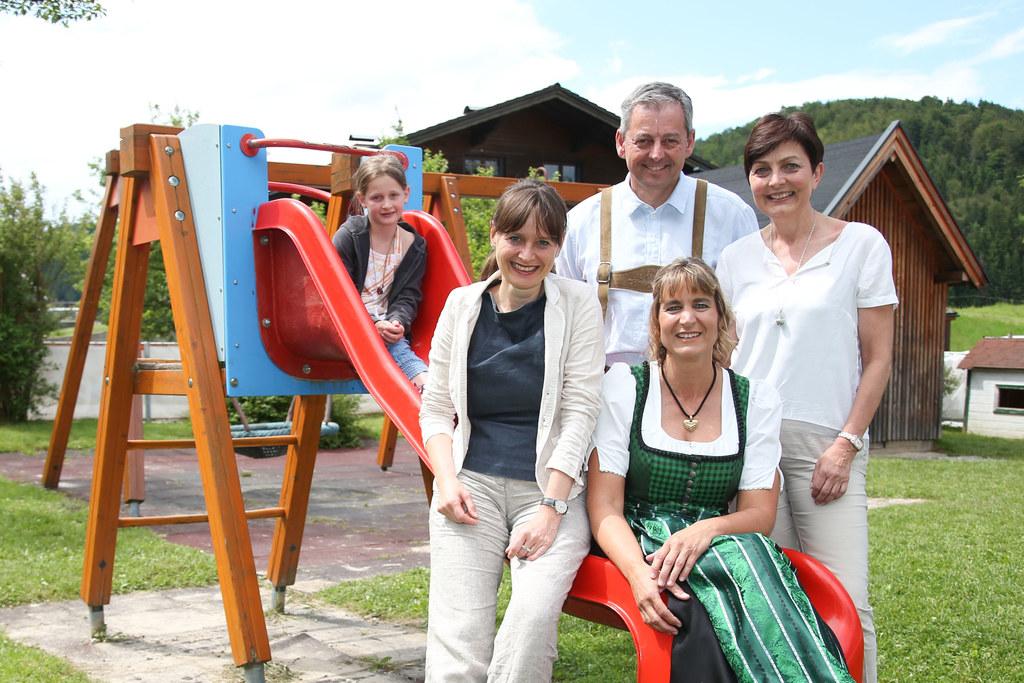 30 Jahre Kindergarten Ebenau, im Bild v. li: Elena, LR Martina Berthold, Bgm. Jo..