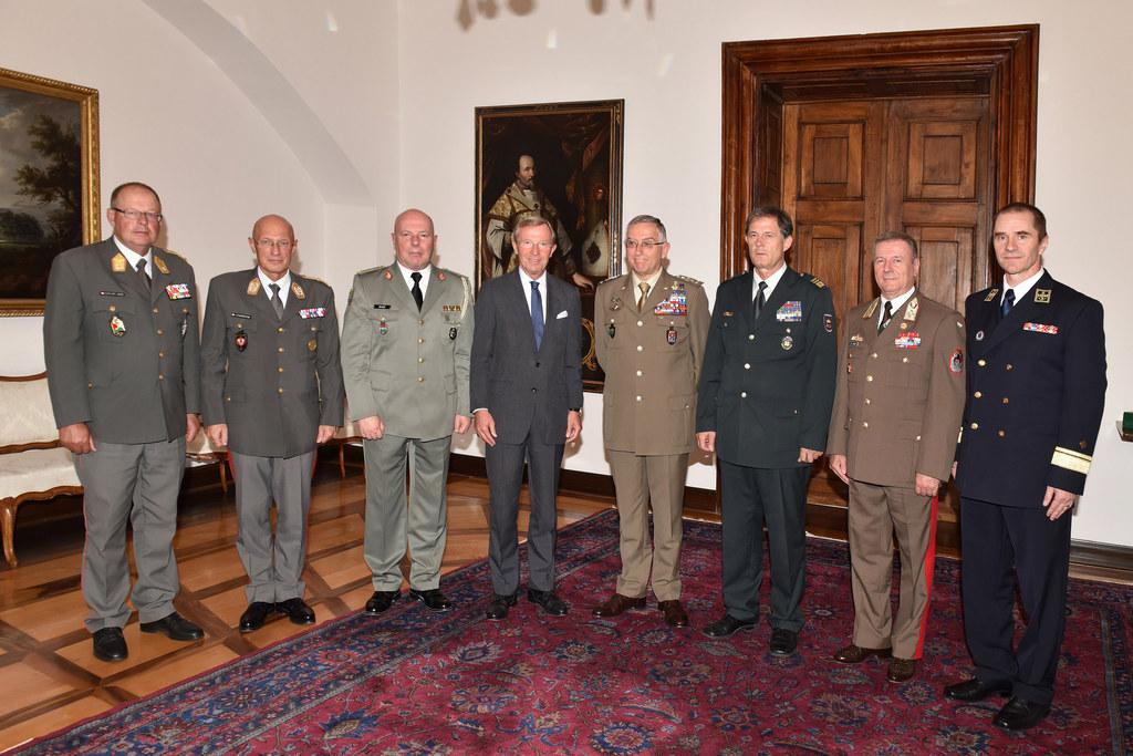 Landeshauptmann Wilfried Haslauer mit internationaler Militärdelegation
