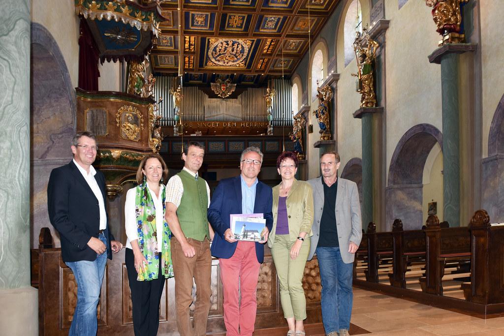 Pfarrkirche in Obertrum, Bild v. li.: Baumeister Anton Kraibacher, Lucia Luidold..