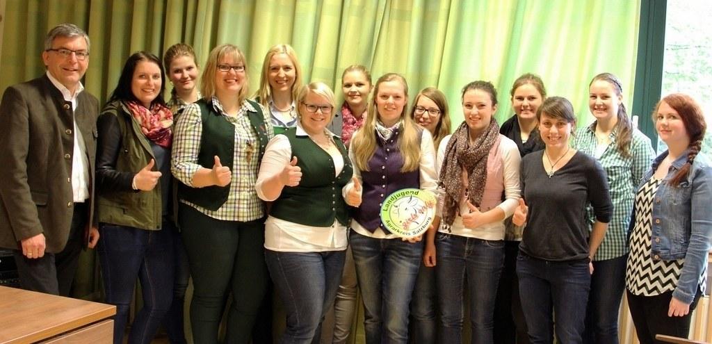 Landesrat Josef Schwaiger mit Teilnehmerinnen und Teilnehmern an Bildungsangebot..