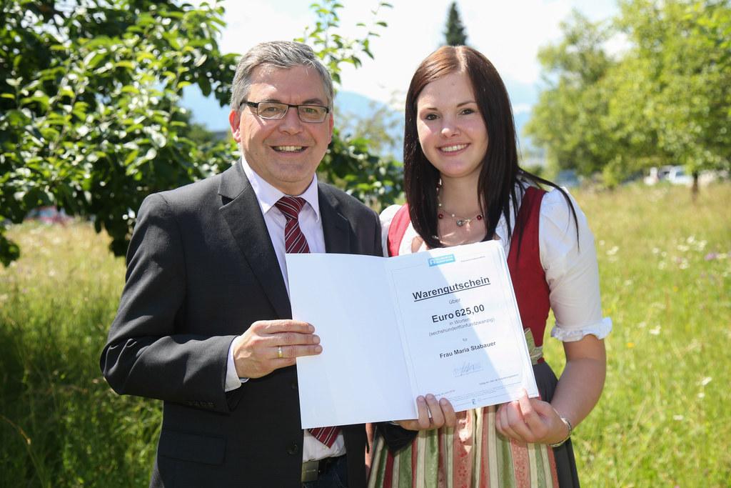 Landesrat Josef Schwaiger mit Rostock-Preisträgerin Maria Stabauer aus Schleedor..