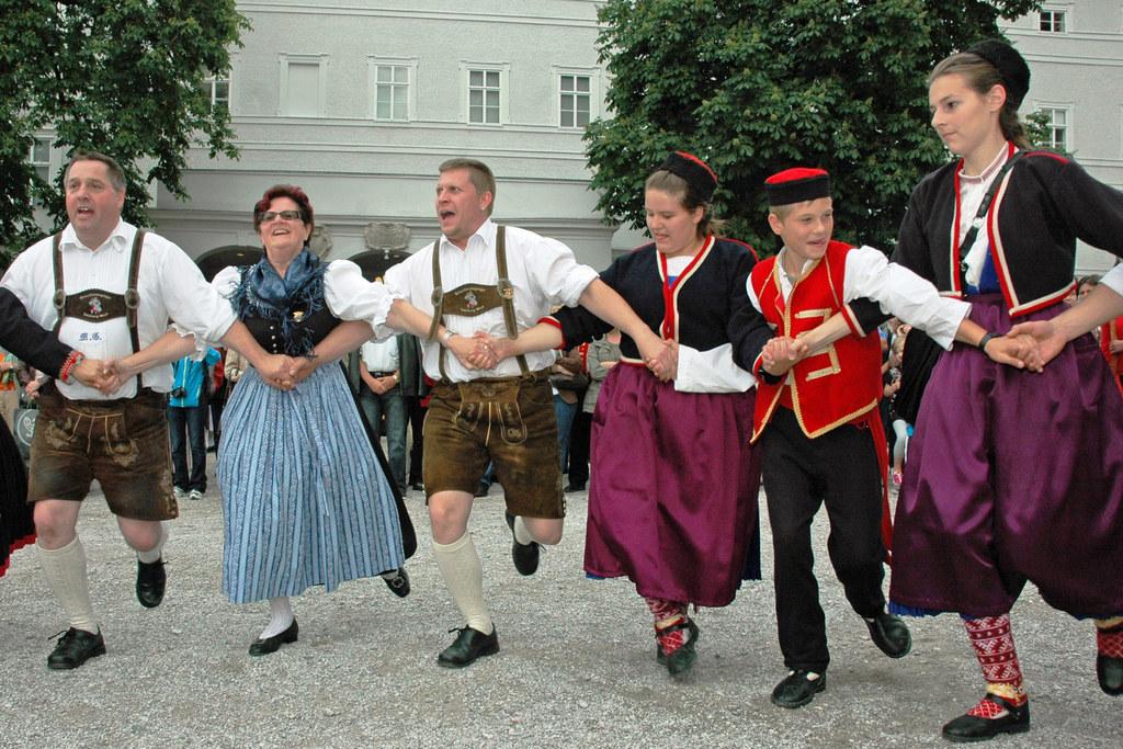 Gemeinsam feiern beim Fest der Volkskulturen am Wochenende in der Salzburger Inn..