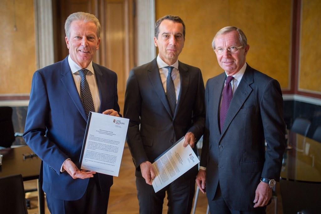 Landeshauptmann Wilfried Haslauer übergibt einen Vorschlag für den Deregulierung..