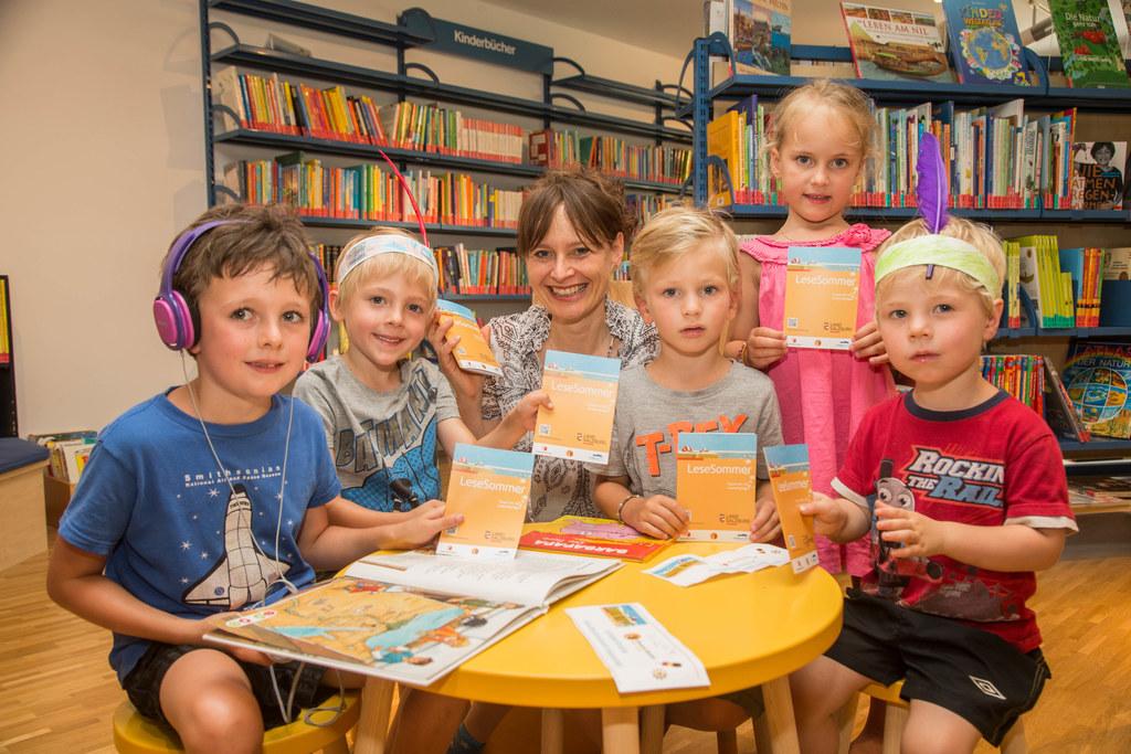 Landesrätin Martina Berthold und die jungen Leseratten