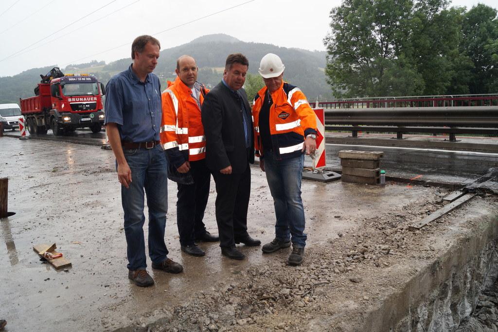 Landesrat Hans Mayr bei der Besichtigung der Baustelle Fischachbrücke in Berghei..