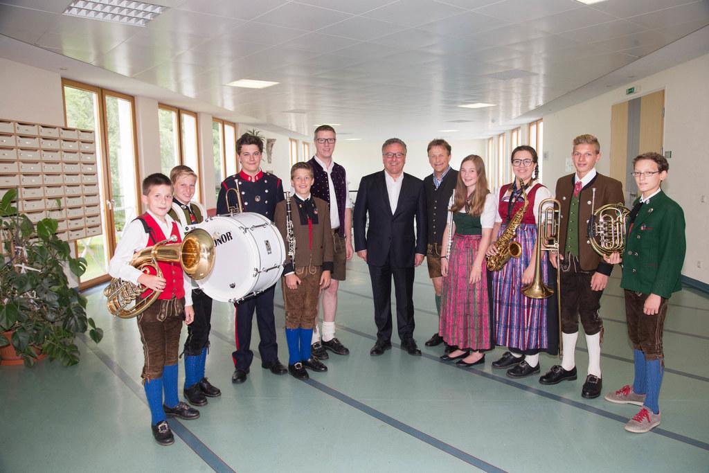 Die Jungmusiker mit Bezirkskapellmeister Florian Madleitner, Landesrat Heinrich ..