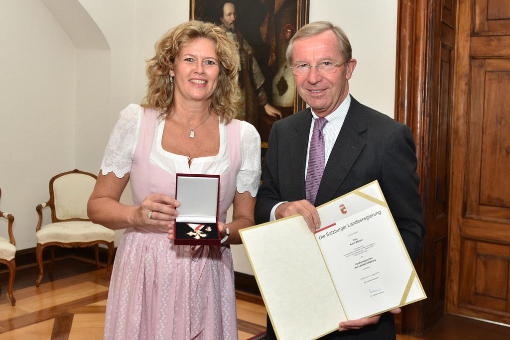 Verdienstabzeichen des Landes Salzburg an Staatsopernchor-Sängerin Karin Wieser