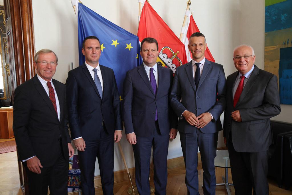 Anlässlich der Konferenz empfing Landeshauptmann Wilfried Haslauer (links) IRE-V..