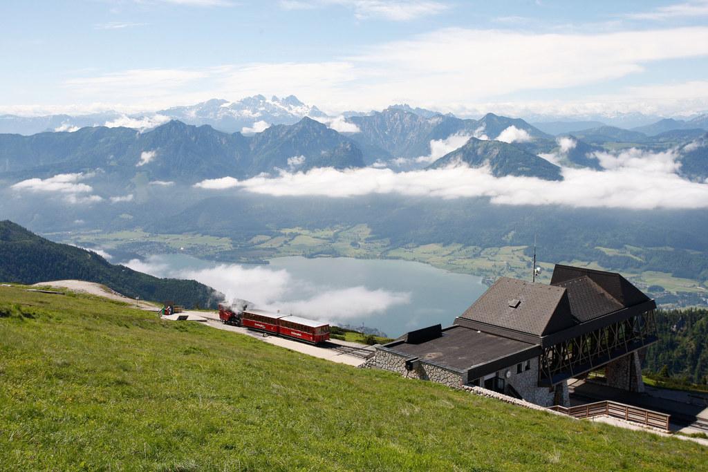 Seit 1893 dampft vom oberösterreichischen St. Wolfgang eine Zahnradbahn auf den ..