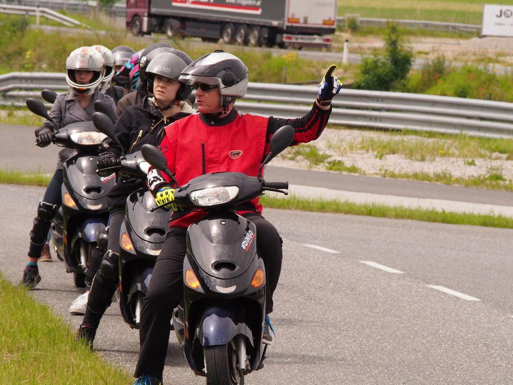 Polytechnische Schulen beim Fahrsicherheitstraining und beim Erste-Hilfe-Kurs.