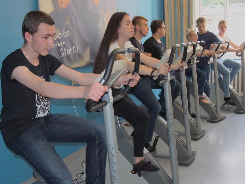 Schülerinnen und Schüler der Polytechnischen Schule Salzburg halten sich fit.