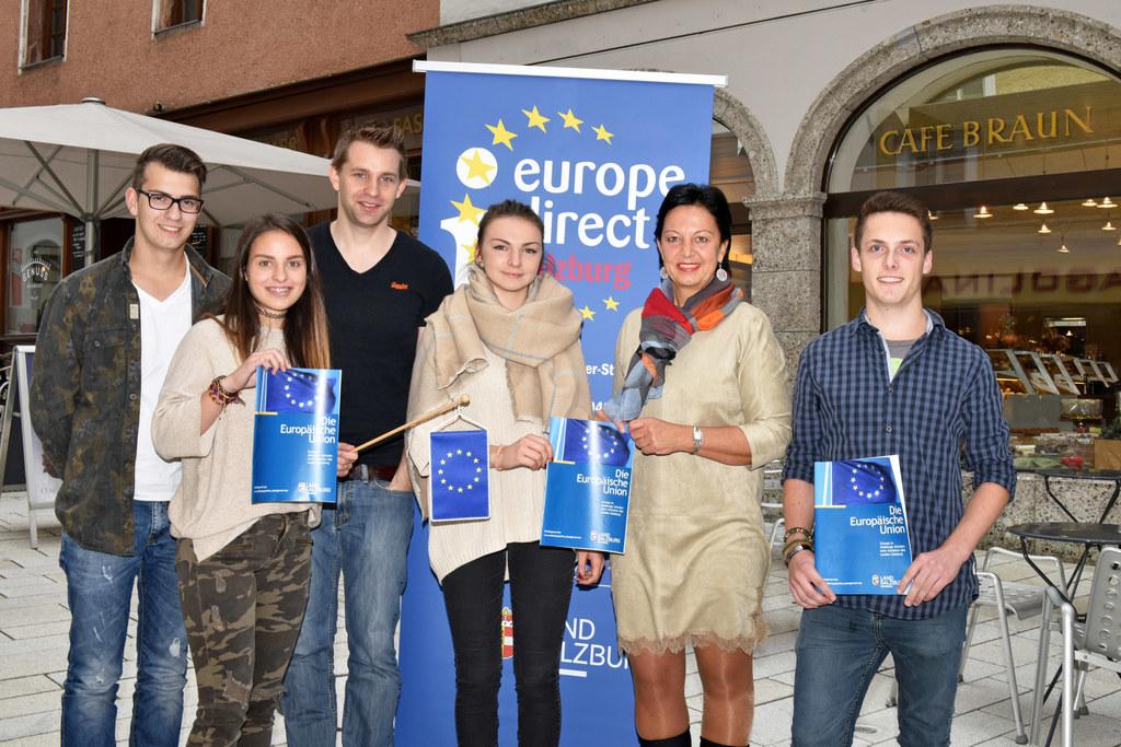 Max Schrems, Gritlind Kettl mit Halleiner Schülerinnen und Schülern