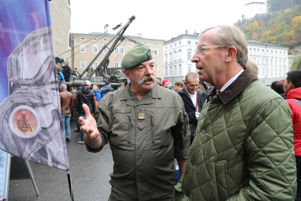 Landeshauptmann Wilfried Haslauer beim Rundgang mit Oberst Funk