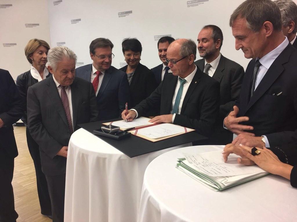 Für Salzburg setzte Finanzreferent LH-Stv. Christian Stöckl seine Unterschrift u..