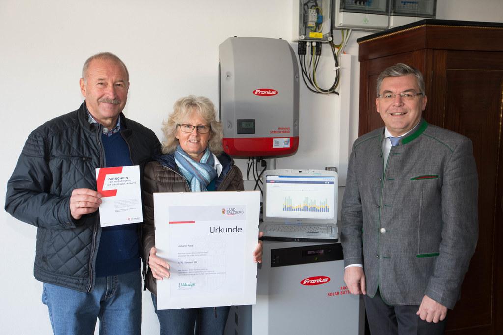 Landesrat Josef Schwaiger gratulierte Johann und Brigitte Putz als 1.500. Photovoltaik-Förderkunden.