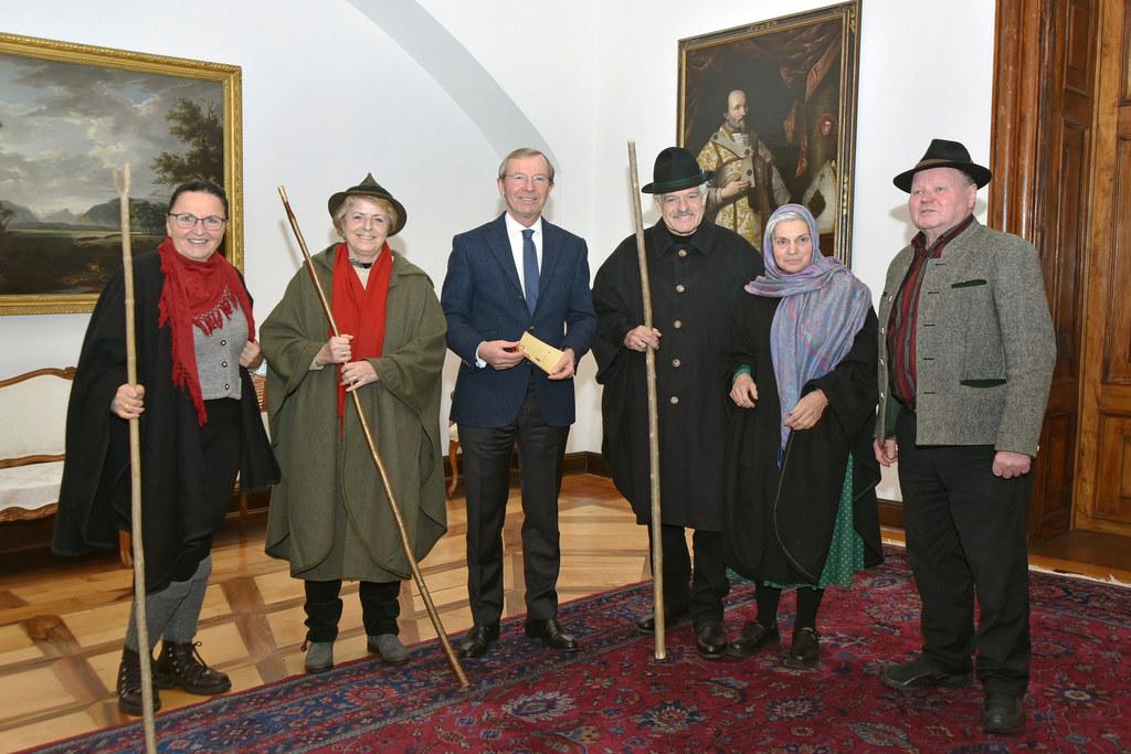 Landeshauptmann Haslauer mit Anklöcklergruppe Volksliedkreis Faistenau