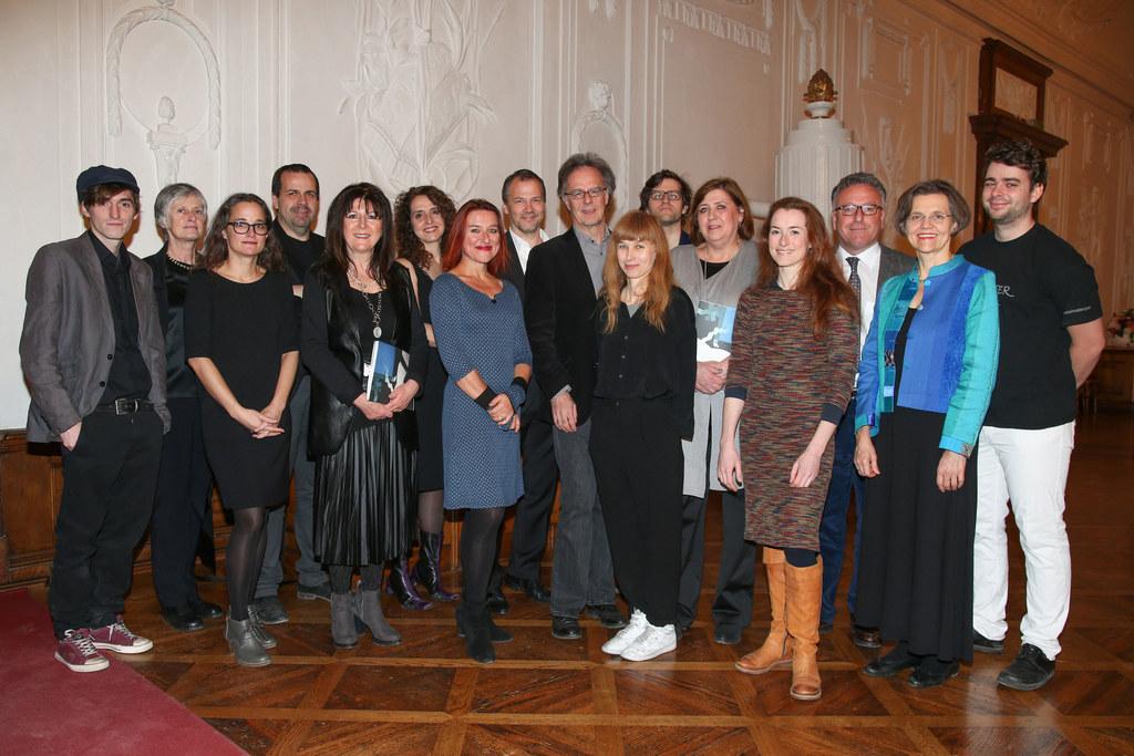 Landesrat Dr. Heinrich Schellhorn mit den Preisträgerinnen und Preisträgern.