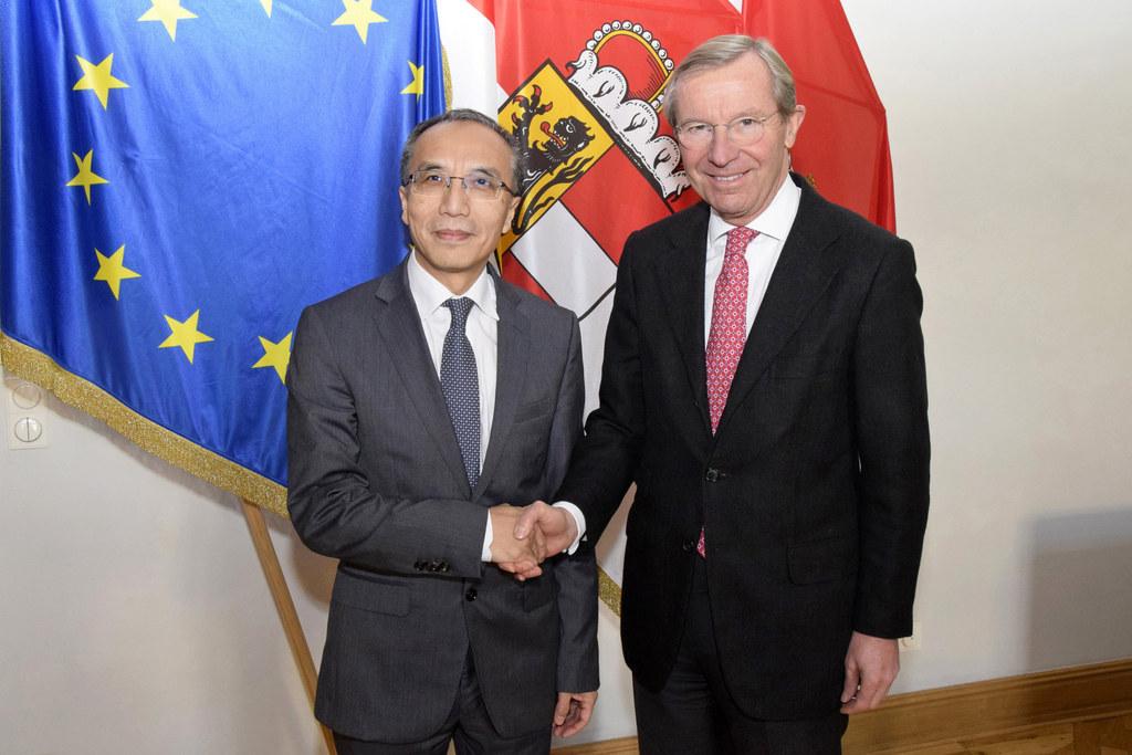 Landeshauptmann Wilfried Haslauer und Botschafter der Volksrepublik China Li Xia..