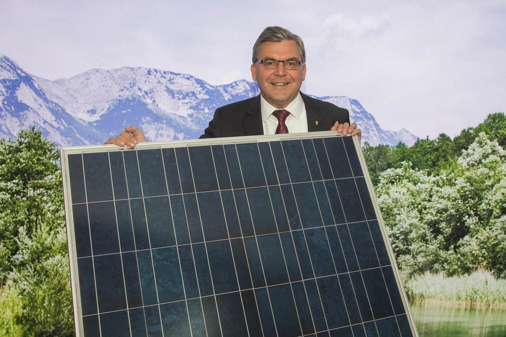 Landesrat Josef Schwaiger mit einem Photovoltaik-Panel