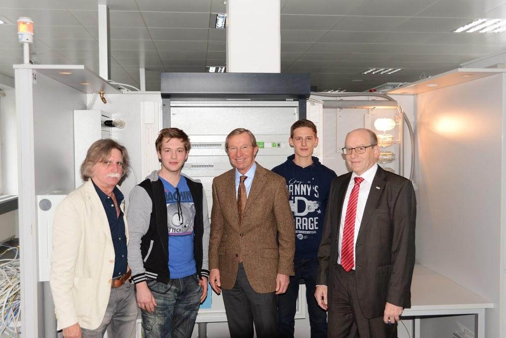 Fachlehrer Georg Schiefer, Schüler Markus Pichler, Landeshauptmann Wilfried Hasl..