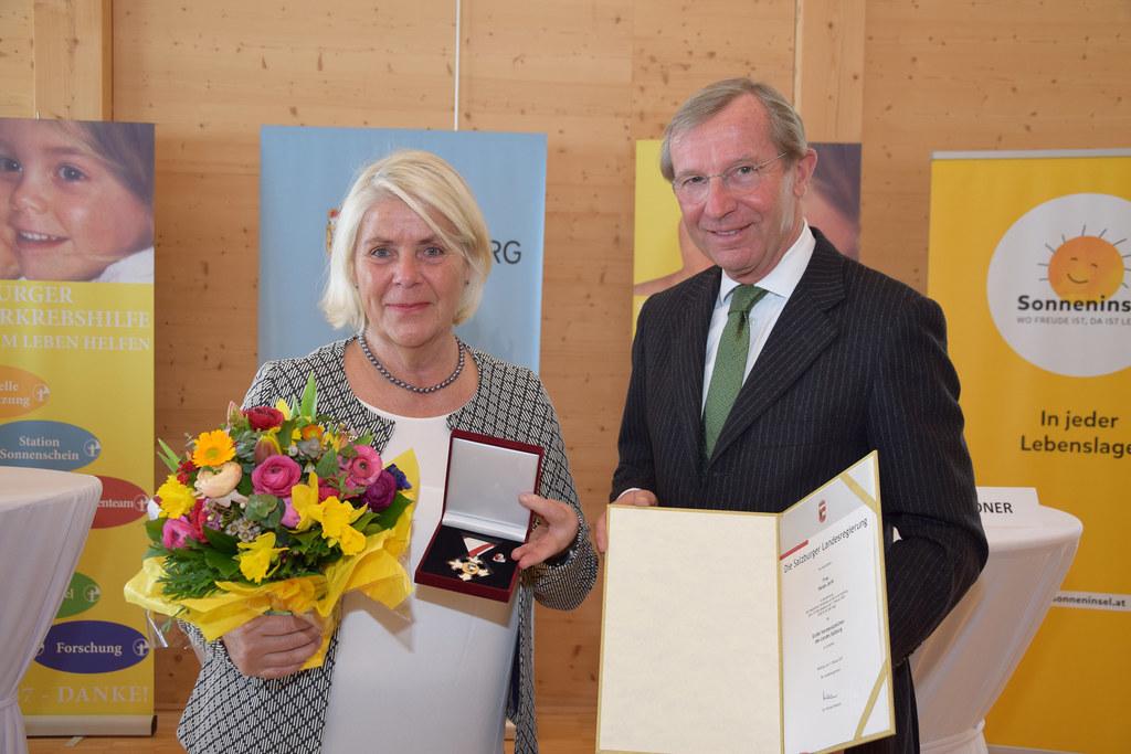 Heide Janik, Obfrau der Salzburger Kinderkrebshilfe, und Landeshauptmann Wilfrie..
