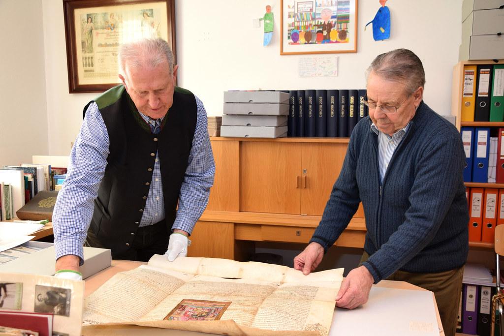 Gemeindearchivare Hannes Wartbichler und Franz Brunner
