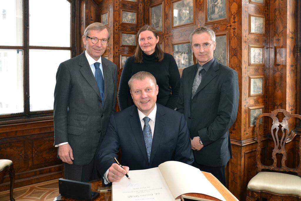 Lettlands Konsul Karl Winding (re.i.B.) wurde zum neuen Doyen des Konsularischen..