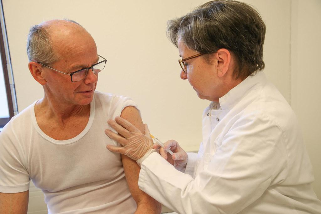 Landeshauptmann-Stellvertreter Christian Stöckl bei der Grippeschutzimpfung durc..