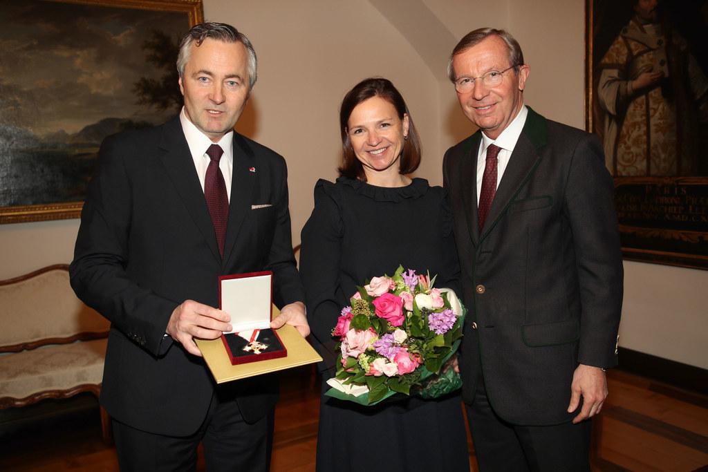 Hannes Ametsreiter mit Ehefrau Marie-Helene und Landeshauptmann Wilfried Haslaue..