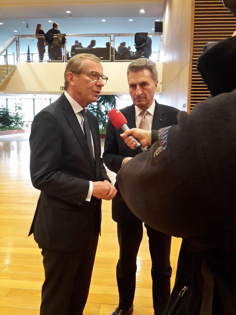 Landeshauptmann Wilfried Haslauer im Gespräch mit Kommissar Günther Öttinger