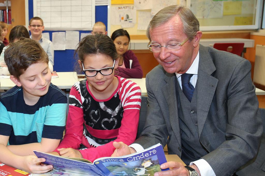 Landeshauptmann Wilfried Haslauer mit Schülerinnen und Schüler