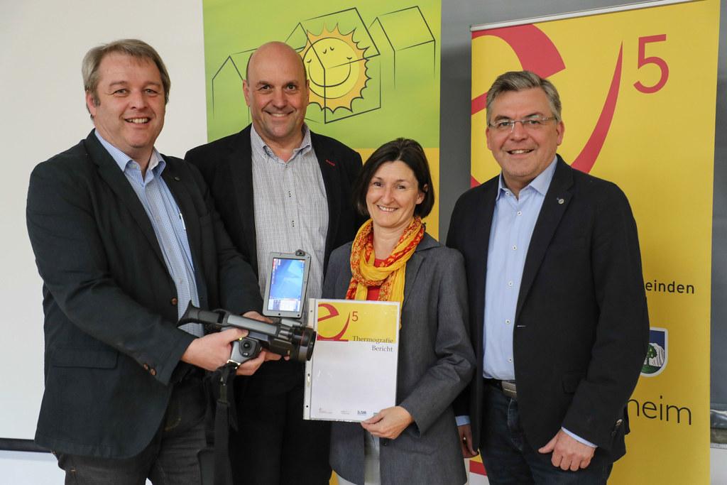 Energieberater Benjamin Zauner, Bürgermeister Joachim Maislinger, Karin Juriga (..