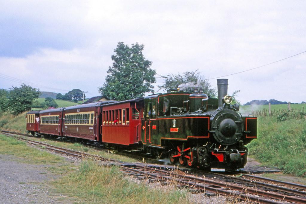 Auf der 14 Kilometer langen Welshpool and Llanfail Railroad zieht eine ehemalige..
