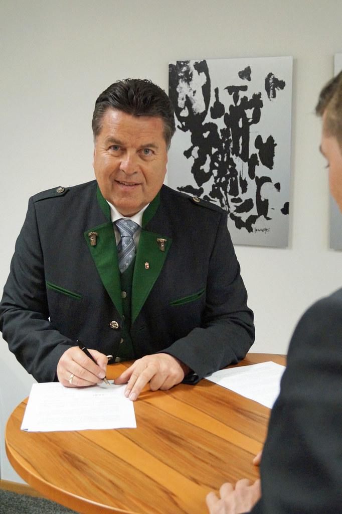 Verkehrslandesrat Hans Mayr bei der Vertragsunterzeichnung zur Busspur in Elixha..