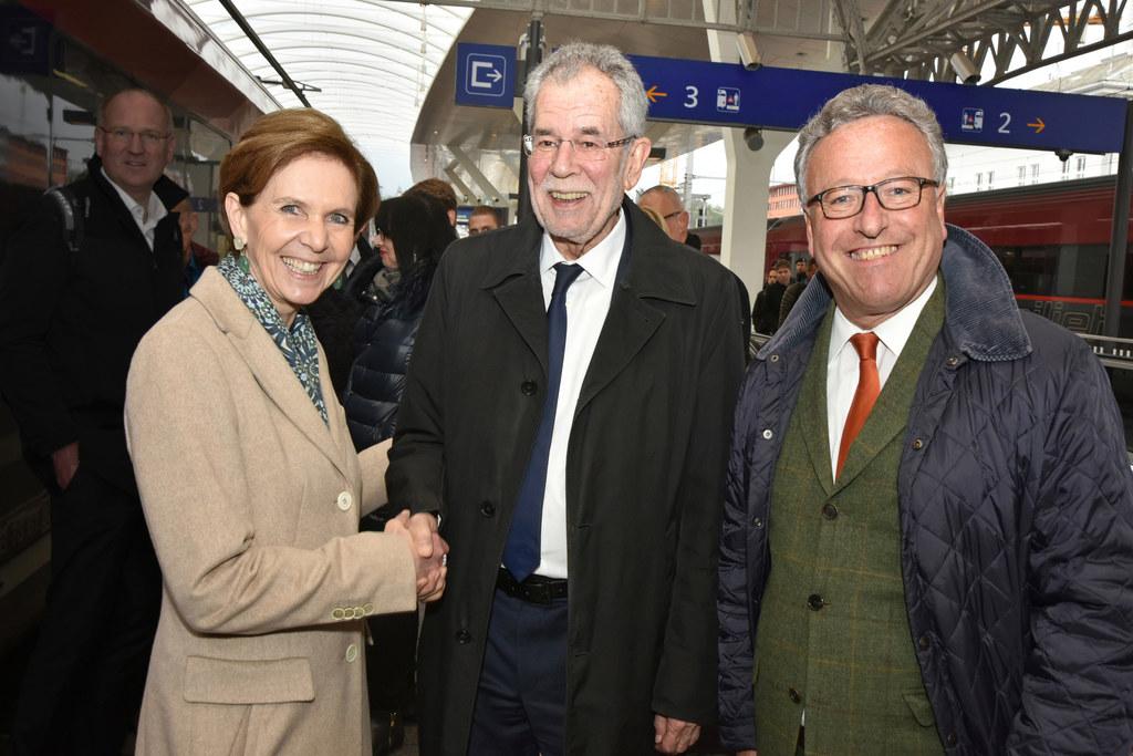 Ankunft am Salzburger Hauptbahnhof Bild: Landtagspräsidentin Brigitta Pallauf, ..