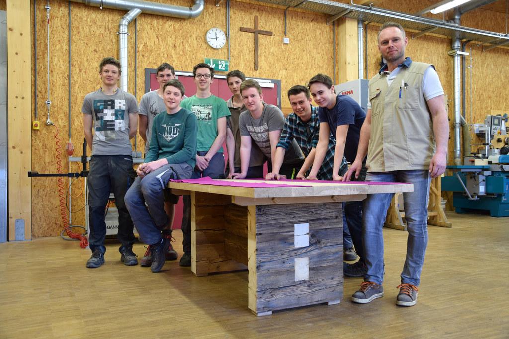 Holztechnik-Schüler der Landwirtschaftlichen Fachschule (LFS) in Bruck mit ihrem..
