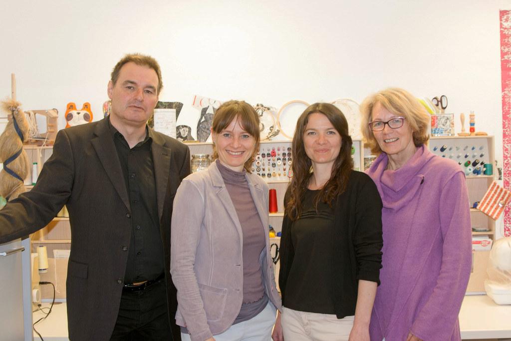 Landesrätin Martina Berthold (2.v.l.) mit Mitarbeitenden der OK Werkstatt. Das P..