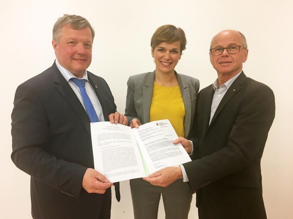 Landeshauptmann-Stellvertreter Christian Stöckl überreichte gemeinsam mit dem de..