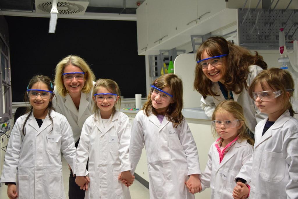 Landesrätin Martina Berthold und Univ.-Prof. Nicola Hüsing mit Mädchen beim Mini..