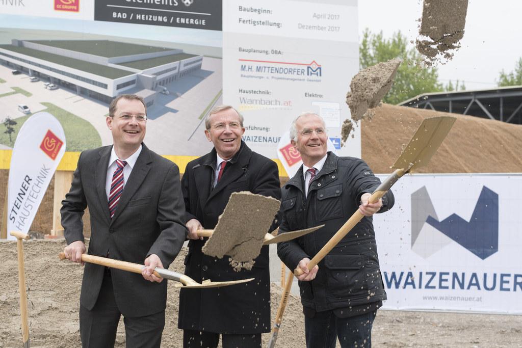 Bernhard Zwielehner (Geschäftsführender Gesellschafter Steiner Haustechnik) mit ..