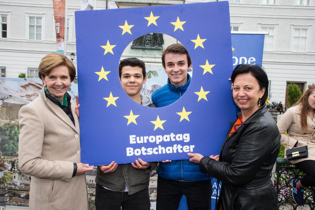 Landtagspräsidentin Brigitta Pallauf und Gritlind Kettl mit den Siegern Dogukan ..